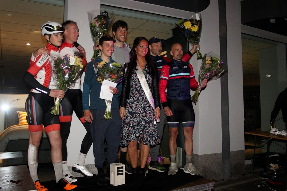 De top 3 in de categorie 40- op het podium met rondemiss Pauline